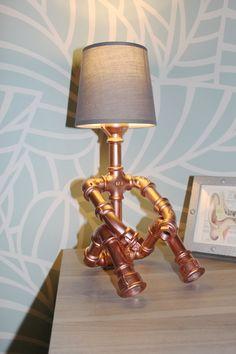 Mignonne lampe en raccord de plomberie galvanisé peinte couleur cuivre.