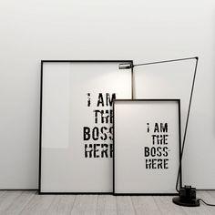 Grafika – I AM THE BOSS HERE - elementy dekoracyjne do wnętrz: grafiki, obrazy, wazony, karafki, dzbanki, miski, doniczki, świeczniki, zegary, gazetniki, pojemniki, kosze, wieszaki. KODY Wnętrza Design & Concept Store