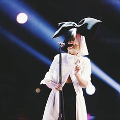 An amazing shot of Sia singing her heart out on #thevoice