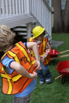 Calling all builders to clock into the birthday construction site! Hard hats, shovels and construction vests will keep all the workers safely engaged. The construction helmets made of hard plastic wit