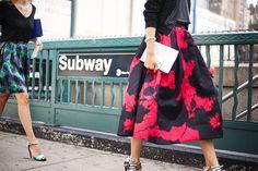 A saia midi vai ser uma das vedetes do Verão 2016 – pelo menos é o que aponta uma pesquisa de tendências de consumo que o Google fez há pouco tempo. Por aqui ela ainda não é tão popular nas ruas, a...