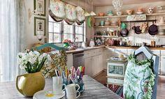 meubles de cuisine en bois et blanc, chaises repeintes en bleu ciel et table à manger en bois patiné
