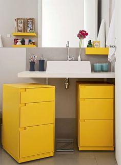 Cores fortes criando ótima harmonia e deixando um clima moderno no banheiro. Armário móvel, facilitando a limpeza e reaproveitamento em outros ambientes.