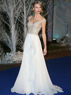 Taylor Swift - A cantora estava linda com um longo branco e rendas em prata.