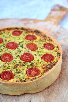 Zucchini quiche with feta and herbs - Anniepannie.nl - Greek zucchini quiche with feta and herbs easy & delicious! Greek Recipes, Vegetable Recipes, Zucchini Quiche, Frittata, Greek Spinach Pie, Vegetable Soup Healthy, Veggie Food, Flan, Feel Good Food