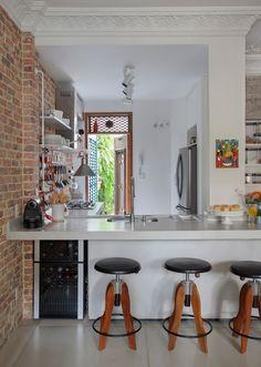 Квартира в доме 60-х годов постройки площадью 80 квадратных метров была реконструирована, чтобы отвечать современным требованиям для проживания молодой семьи. Ремонтом и реконструкцией занималось дизайн студия Garimporio из Рио-де-Жанейро.