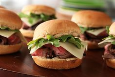 Grilled Steak & White Cheddar Sliders – Want to upgrade your slider recipe repertoire? Next time, try making them with slices of grilled marinated steak and extra sharp white cheddar cheese. Grilling Recipes, Beef Recipes, Cooking Recipes, Tailgating Recipes, Barbecue Recipes, Healthy Recipes, Mini Burgers, Beef Flank Steak, Marinated Steak