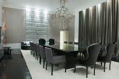 Mesa com tampo de vidro preto e cadeiras cinza e preta