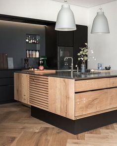 Para quem tem espaço sobrando, uma ilha na cozinha é sempre bacana! Essa em preto e madeira é uma ótima inspiração! . Vamos reformar? Deixa um direct pra gente! . #conectarq #arquitetura #architecture #interiores #decor