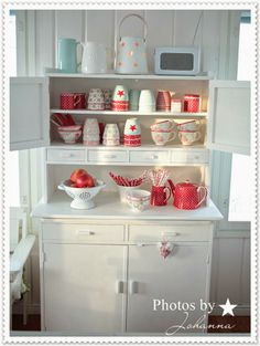 greengate dresser Romantic Shabby Living From Finland. My cup of tea :-) Shabby Chic Kitchen, Shabby Chic Cottage, Kitchen Decor, Kitchen Ideas, Cottage Kitchens, Cottage Homes, Tiny Log Cabins, Country Cupboard, My Ideal Home