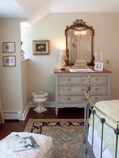 Une jolie commode revêtue d'une douce patine et dont le dessus a été laissé naturel. Elle est surmontée d'un très beau miroir et l'ensemble habille très bien le mur de cette chambre.  Traditional Bedroom,Boston - Meredith L. Bohn Interior Design. (Houzz)