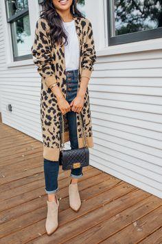 Leopard Cardigan Outfit Inspo For Fall With High-Waisted Jeans ! tenue de cardigan léopard inspo pour l'automne avec un jean taille haute Leopard Cardigan Outfit, Leopard Outfits, Cardigan Outfits, Cardigan Sweaters, Cardigans, Jeans Outfit Winter, Fall Jeans, Fall Winter Outfits, Winter Clothes