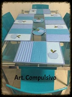 Jogo americano maça azul Coin Couture, Place Mats Quilted, Country Quilts, Diy Coasters, Quilted Table Runners, Placemat Sets, Mug Rugs, Hand Quilting, Craft Items