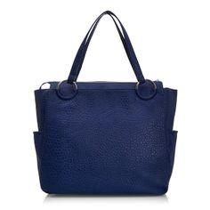 aee51ccdbd Μοντέρνα τσάντα χειρός Versace Jeans από μαλακό δέρμα και ευρύχωρο  εσωτερικό χώρο. Μπορείτε να το αγοράσετε με έκπτωση 36%.