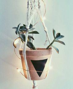 Ando um tanto aficionada por vasos geométricos. Já fiz alguns paps no estilo mas não me canso!  Adorei esse pendente com direito a cordão de luz da @401decor.  #colaindica #colainspira #suculentas #macrame