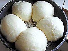 Préparation et cuisson 2 h 30 - pour 6 personnes Première recette - recette salée - 25 cl de lait - 1 cube de levure de boulanger ( 40 gr ) - 30 gr de sucre en poudre - 60 gr de beurre - 500 gr de farine - 2 oeufs - sel fin - gros sel - huile Dans un...