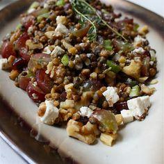 Linzen salade met walnoten, feta en druiven -