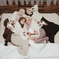 Image may contain: 5 people, people sitting and indoor Modest Fashion Hijab, Modern Hijab Fashion, Casual Hijab Outfit, Hijab Fashion Inspiration, Muslim Fashion, Girl Group Pictures, Bff Pictures, Best Friend Pictures, Anime Muslim