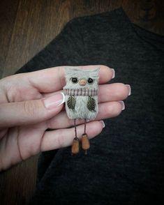 Тема брошей меня не отпускает🙄 Вот такой филин появился с болтающимися ножками) очень забавный😄Продан! #брошь #украшение #филин #сова #тримедведя #турченкоанна Crochet Brooch, Beaded Brooch, Bird Patterns, Cute Lizard, Fabric Brooch, Tin Art, Fabric Toys, Brooches Handmade, Crafts