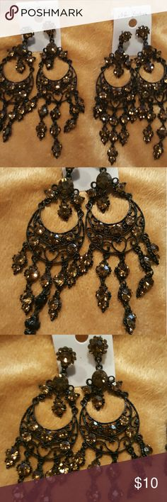 NWT Beautiful Gold/Black Statement Earrings NWT Beautiful chandelier style hanging black and gold dangling statement earrings adds class, sofistication and elegance to any outfit new fashion Jewelry Earrings