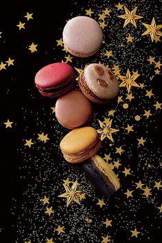 ピエール・エルメ・パリ(PIERRE HERMÉ PARIS)よりクリスマス限定コレクションが登場。2016年11月18日(金)より順次販売が開始される。予約は2016年10月6日(木)より受付開始す... Flowery Wallpaper, Macaron Cookies, Cafe Design, Fabulous Foods, Something Sweet, Food And Drink, Sweets, Gatsby, Tumbler