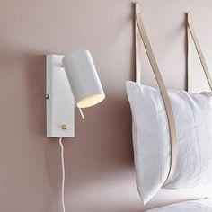 Sänglampan Carrie är en snygg och smidig sänglampa från Markslöjd med de vackra detaljerna.