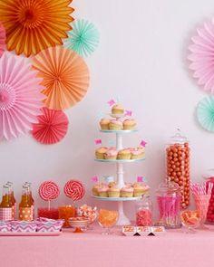 Une table de Baptême en rose et orange... Encore vous pouvez préparer des cupcakes à la place d'un gâteau, afin de simplifier les choses ;)https://www.facebook.com/photo.php?fbid=129329657477140&set=pb.100012003197551.-2207520000.1465378671.&type=3&theater