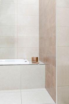 Baño con detalles de diseño y terminaciones en la columna y borde de la bañera. Vista cuadrada que acompaña griferías y diseños rectos.