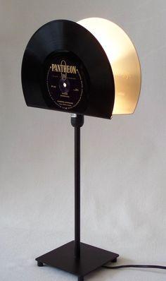 """**Retro Tischlampe für Vinyl Liebhaber!**  Der Lampenschirm der Tischlampe wurde aus je einer 10""""White-Vinyl und einer 10"""" black Vinyl Schallplatte angefertigt. Stylische Stimmungsbeleuchtung,..."""