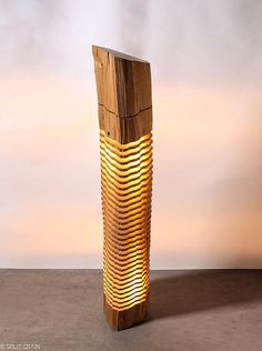 BELEUCHTETE SKULPTUR Meine beleuchteten Skulpturen verwenden Licht um die elementaren Form und physikalischen Eigenschaften der Altholz offenbaren. Fließt aus der Mitte, zwischen jeder suspendiert Scheibe, leichte Spuren komplizierten Details und versteckte Schönheit in die Konturen des Holzes. Erfassung schöne Muster aus allen Blickwinkeln, zeigen diese reduzierenden und simplen Skulpturen Natur durch minimale Form. DIESES STÜCK Dieser Boden stehend Lichtskulptur wurde aus einen langen…