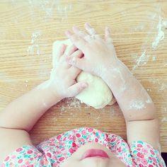 Quellesfarines sans gluten pour remplacer la farine de blé ? Lorsque nous avons commencé notre aventure sans gluten, parmi toutes les inquiétudes de notre famille, de nos amis, revenaient régulièrement ces questions: «Mais comment on peut cuisiner sans farine de blé? Comment on peut faire des gâteaux, des tartes, des cakes? Vous