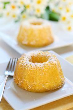 Ingrédients: 120 gr de beurre 3 œufs 170 gr de cassonade 90 gr de farine 80 gr de maizena 1 citron 2 càc de levure chimique Préparation: -Préchauffer le four à 180°C. -Enlever le zeste et le jus. Réserver le zeste. -Dans un cul-de-poule, mélanger énergiquement le beurre ramolli avec la cassonade. -Ajouter les œufs, …