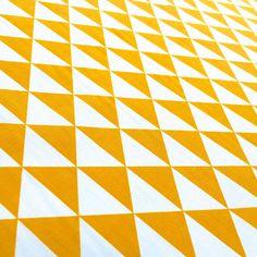 Tissu+de+coton+à+triangles+jaunes+et+blancs