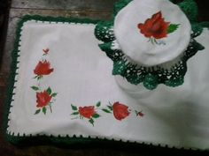 cubre bandeja, con bordes en crochet, capuchon para jarra pintado a mano