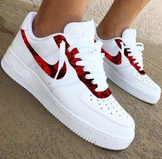 30 beautiful Nike shoes and nekars - fashion and travel loggers - Fashion - shoes Cute Nike Shoes, Cute Sneakers, Shoes Sneakers, Green Sneakers, Sneakers Adidas, Girls Sneakers, Women's Shoes, Jordan Shoes Girls, Girls Shoes