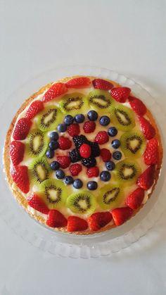 La crostata morbida di frutta è una torta soffice guarnita con crema e frutta a pezzetti. Un dolce fresco e colorato per l'estate. Vi consiglio tre idee per decorazioni con la frutta facilissime. Possiamo usare fragole, kiwi, banane, mirtilli, mandarini e tanto altro!