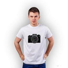 Biały t-shirt męski z nadrukiem Aparatu.  #tshirt #biały #męski #men #koszulka #nadruk #photo #aparat #tshuttle #fajny #prezent
