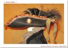 1. ::: Seven Seas ::: Unikater Filzhut - Handarbeit  Brokat-Borte, Gold-Koralle, Diverse Federn ( Strauss, Fasan, Pfau ), Hutnadel & Brosche