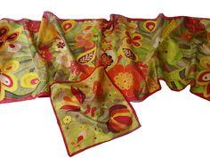 Karácsonyi ajándékok nőknek a Silkyway selyemfestő műhelyből! Egyedi, kézzel festett sálak, kendők közel 200 mintával és több száz színkombinációban. Ajándékozd meg szeretteidet egyedi sállal, kendővel.  Női sál és hozzá illő férfi díszzsebkendő zöld-piros színkombinációban.