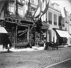 Gezicht op de voorgevels van de panden Oudkerkhof 46-48 te Utrecht, met rechts de hoek van de Korte Jansstraat.ca1900