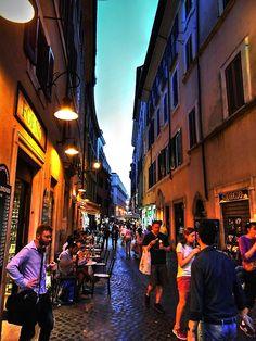 Atardecer en una calle de Trevi, Roma, 2014