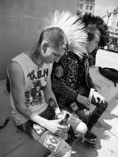 Rock/Punk/Grunge (Photos are not mine unless specified as so) Estilo Punk Rock, Punk Mohawk, God Save The Queen, Punk Guys, Punk Mode, Crust Punk, Save Rock And Roll, 70s Punk, Hard Rock