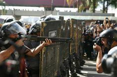 Polícia Militar dispersa manifestantes contra a Copa: Protesto foi impedido de tomar corpo antes do seu início; jornalistas e manifestantes ficaram feridos