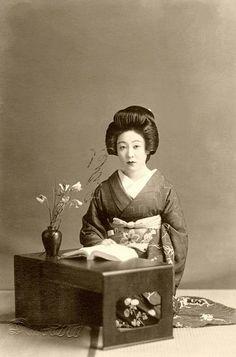 1938......GEIKO......PARTAGE OF PRETTY GEISHA........ON FACEBOOK...........