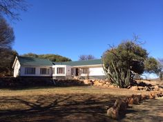Wild Olive Country Lodge is a self-catering retreat at the foothills of the wild olive forest. Here you can listen to bird songs amid sweeping views of the Dome Mountains, river and bushveld sunsets.