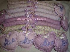 Cabide de madeira forrado com tecido de algodão com <br> SACHE <br>poara nome bordado tem acrescimo <br> <br>***********VALOR UNITARIO ************************** <br>Variadas estampas e cores que poderão ser escolhidas via email.