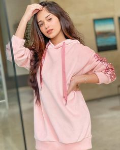 Tik-Tok sensation Jannat Zubair is one of the prettiest faces around and to top it up she loves to enhance it with new makeup tricks. Cute Girl Poses, Girl Photo Poses, Girl Photos, Photo Shoot, Stylish Girls Photos, Stylish Girl Pic, Bollywood Girls, Bollywood Fashion, Teen Celebrities