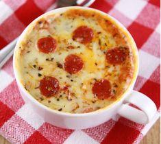 Pizza in tazza al microonde, credi che sia disgustosa? Probabilmente è vero, ma, per una volta, dovresti provarla. Basta pochissimi ingredienti e un minuto di cottura. Te la senti? Si fa così