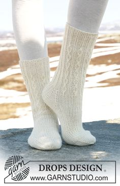 DROPS Socks in Fabel with rib and simple cables. Free pattern by DROPS Design. Crochet Mittens, Knitted Slippers, Knit Or Crochet, Knitting Socks, Hand Knitting, Finger Knitting, Knit Socks, Crochet Granny, Hand Crochet