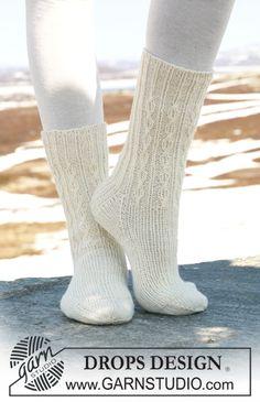 Chaussettes DROPS en « Fabel », en côtes et torsades simples. ~ DROPS Design